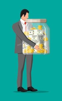 Geschäftsmann, der große spardose hält. geldglas aus glas voller goldmünzen und dollar-banknoten. wachstum, einkommen, ersparnisse, investitionen. symbol des reichtums. geschäftlicher erfolg. flache artvektorillustration.