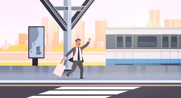 Geschäftsmann, der läuft, um zuggeschäftsmann mit gepäck auf männlichem karikaturcharakter-stadtbild der bahnhofsstadt öffentlichen verkehrsmittel zu fangen