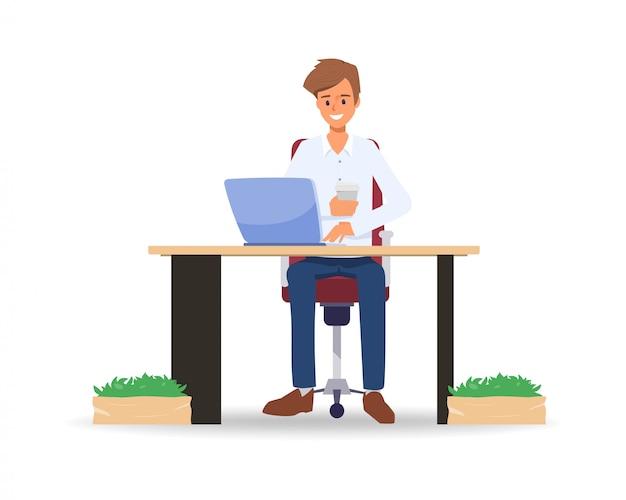 Geschäftsmann, der mit einem laptop arbeitet und einen kaffee nimmt.