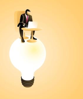 Geschäftsmann, der mit laptop auf großer glühbirne arbeitet