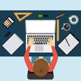 Geschäftsmann, der mit laptop und dokumenten arbeitet