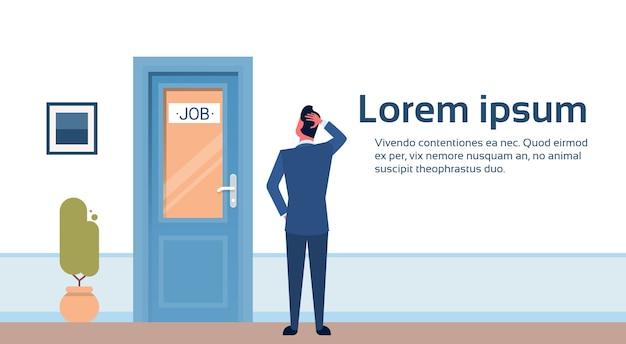 Geschäftsmann, der nach job sucht