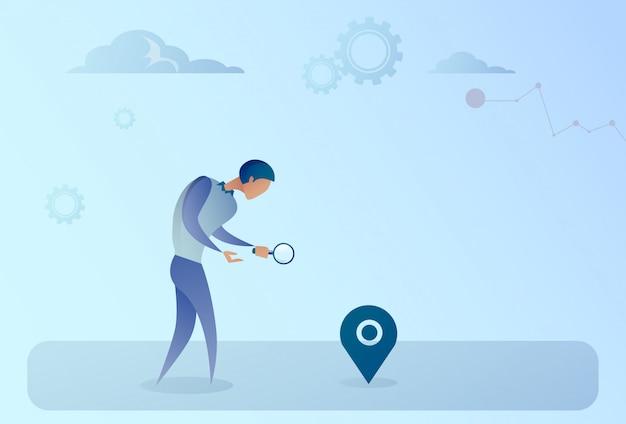 Geschäftsmann, der nach ziel auf digital-stadtplan gps-navigations-konzept sucht