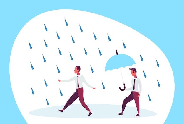 Geschäftsmann, der regenschirm während des regens hält