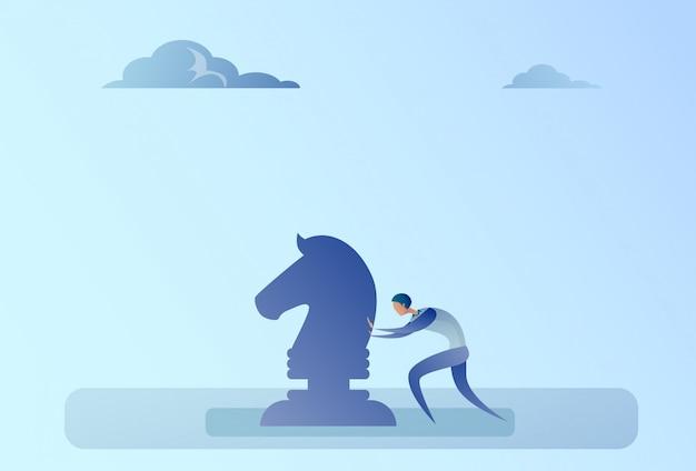 Geschäftsmann, der schachfigur brainstorming-strategie-planungs-prozess-konzept drückt
