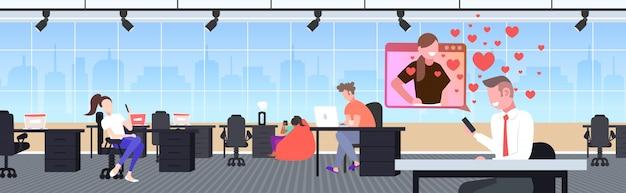 Geschäftsmann, der smartphone-chat mit freundin im konzept der virtuellen beziehung der sozialen beziehung der online-dating-app verwendet. horizontale illustration des büroinnenraums