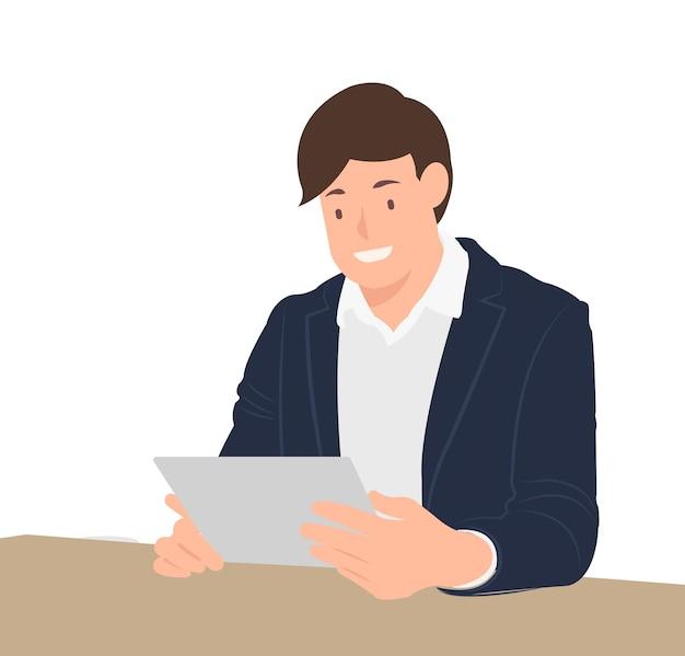 Geschäftsmann, der tablette beobachtet, die durch den schreibtisch in einem café sitzt