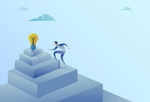 Geschäftsmann, der treppe zum neuen ideen-erfolgs-konzept der glühlampe steigt