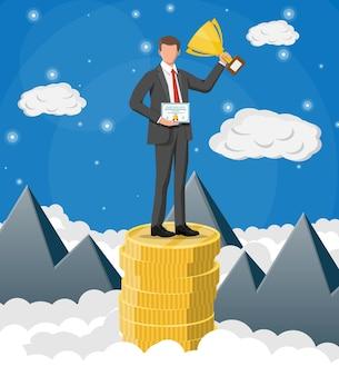 Geschäftsmann, der trophäe hält und preisurkunde zeigt, feiert seinen sieg. stapel goldener münzen im himmel. zielerreichung des geschäftserfolgs triumphiert. gewinn des wettbewerbs. flache vektorillustration