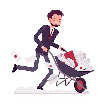 Geschäftsmann, der voll eine schubkarre des papiers drückt