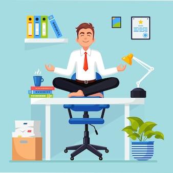 Geschäftsmann, der yoga am arbeitsplatz im büro macht arbeiter, der in padmasana lotus-pose sitzt, meditiert
