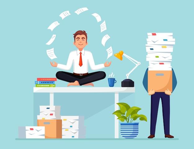 Geschäftsmann, der yoga am arbeitsplatz im büro tut. beschäftigter geschäftsmann mit papierstapel