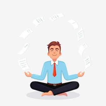 Geschäftsmann, der yoga-arbeiter tut, der in padmasana lotus-pose mit fliegendem papier sitzt, das entspannend meditiert