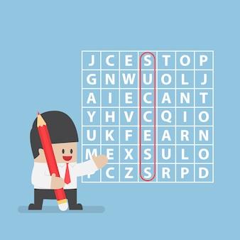 Geschäftsmann fand erfolg im wortsuchpuzzlespiel