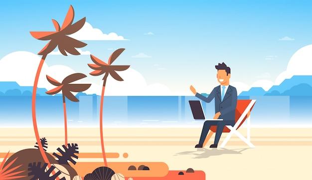 Geschäftsmann freiberuflich tätiger fernarbeitsplatzstrand-sommerferien-tropischer palmeninsel-geschäftsmann s