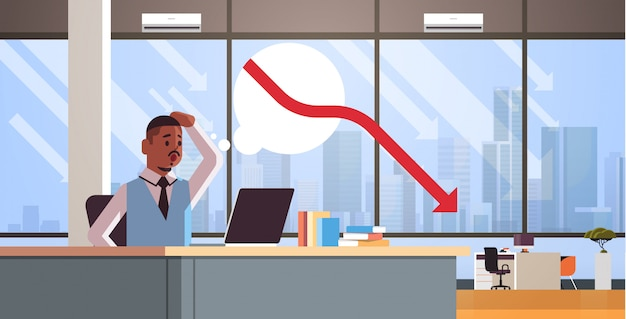 Geschäftsmann frustriert über fallende wirtschaftsgrafik pfeil fallen finanzkrise bankrott investment-risiko-konzept geschäftsmann am arbeitsplatz sitzen moderne büro interieur horizontale porträt