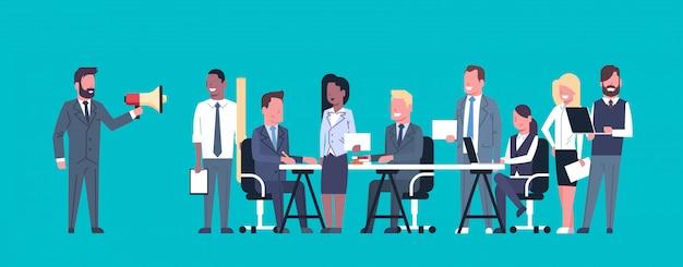 Geschäftsmann-führer-gespräch im megaphon beim treffen mit wirtschaftlern team brainstorming