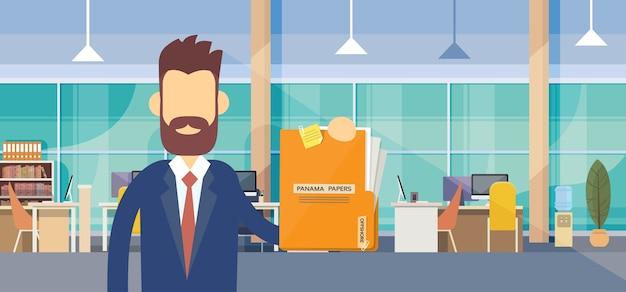 Geschäftsmann-griff-panama-papier-ordner-büro-innenraum