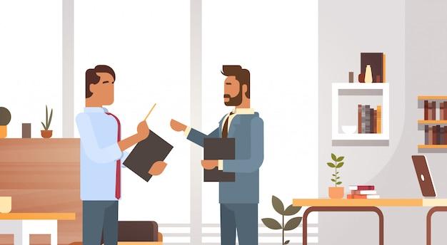 Geschäftsmann-gruppen-sitzung, die das büro-wirtschaftler-arbeiten bespricht