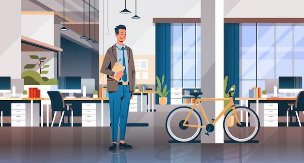 Geschäftsmann hält laptop kreative büro coworking center banner