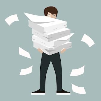 Geschäftsmann hält stapel von büropapieren