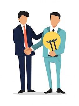 Geschäftsmann händeschütteln, ideenbirne halten. partnerschaft, gründung und suche nach investitionskonzept. die männer in anzügen halten glühbirne und geben sich die hand
