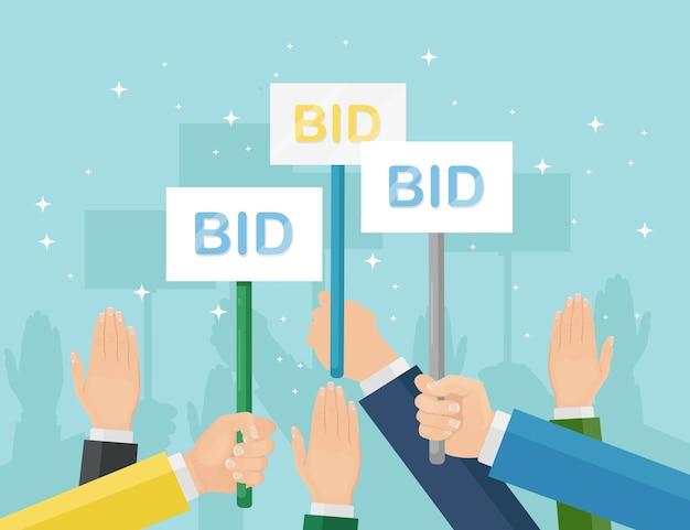 Geschäftsmann halten auktionspaddel in der hand. gebot, auktionswettbewerbskonzept. menschen erheben schilder mit bid-inschriften. geschäftsprozess