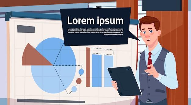 Geschäftsmann holding presentation stand über bord mit diagrammen und diagramm-geschäftsmann-seminar