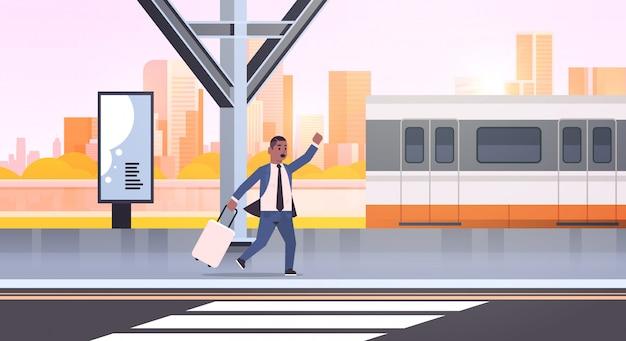 Geschäftsmann läuft, um zuggeschäftsmann mit gepäck auf bahnhofsstadt öffentlichen verkehrsmitteln männliche zeichentrickfigur stadtbildhintergrund in voller länge horizontal zu fangen