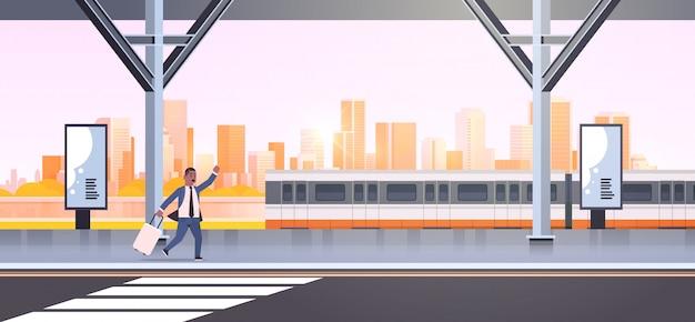Geschäftsmann läuft, um zuggeschäftsmann mit gepäck auf bahnhofsstadt öffentlichen verkehrsmitteln männliche zeichentrickfigur stadtbildhintergrund in voller länge horizontales banner zu fangen