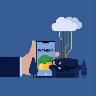 Geschäftsmann lag auf dem sofa, das das telefoninternet angeschlossen hält und erhielt geldmetapher der fernarbeit vom haus.