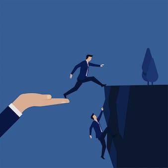 Geschäftsmann machen einen sprung, um die hügelmetapher des risikos und der strategie zu erreichen.