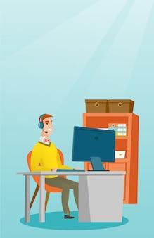 Geschäftsmann mit dem kopfhörer, der im büro arbeitet.