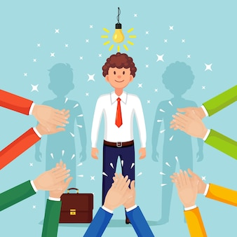Geschäftsmann mit glühbirne. kreative idee, innovationstechnologie, geniale lösungen. händeklatschen, applaus. gute meinung, positives feedback. herzlichen glückwunsch zum erfolgreichen geschäft