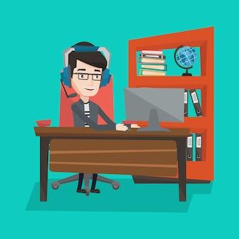 Geschäftsmann mit headset, das im büro arbeitet.