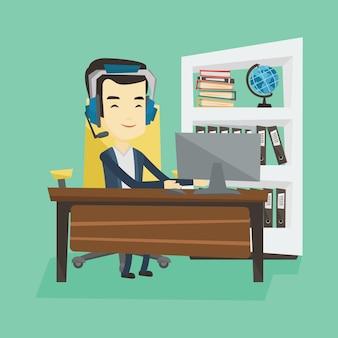 Geschäftsmann mit headset, der im büro arbeitet.