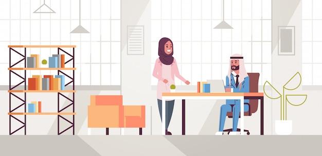 Geschäftsmann mit weiblicher assistentin unter verwendung des laptops, der neues projekt während des treffens am arbeitsplatz-teamarbeitskonzept kreativer arbeitsbereich moderner büroinnenraum flach in voller länge horizontal bespricht