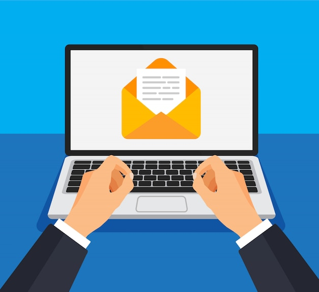 Geschäftsmann öffnet oder erstellt neuen brief auf laptop.