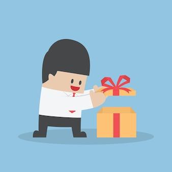 Geschäftsmann öffnete die geschenkbox