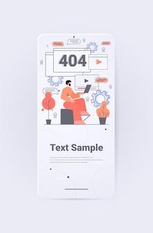 Geschäftsmann reparatur website mit problem nicht funktioniert fehler verloren nicht gefunden 404 zeichen konzept vertikal