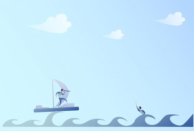 Geschäftsmann-segeln auf dem boot, das mit fernglas auf geschäftsmann swimming support concept schaut