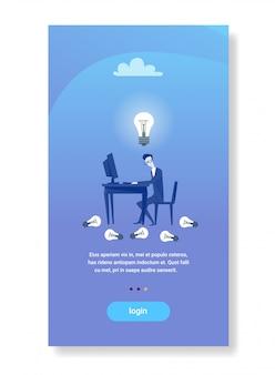Geschäftsmann sitzen arbeitsplatz arbeiten computer glühbirne neue idee start konzept geschäftsmann kreative inspiration