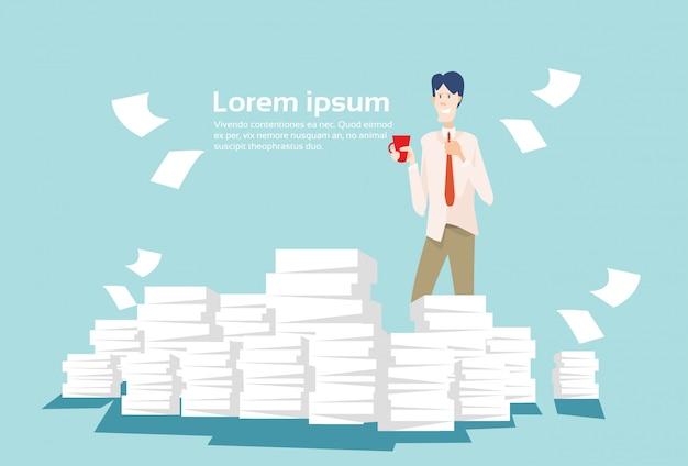 Geschäftsmann stapelte papierdokumenten-schreibarbeit