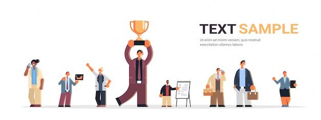 Geschäftsmann-team, das männliche büroangestellte zusammenstellt, stellt flachen horizontalen kopierraum in voller länge ein