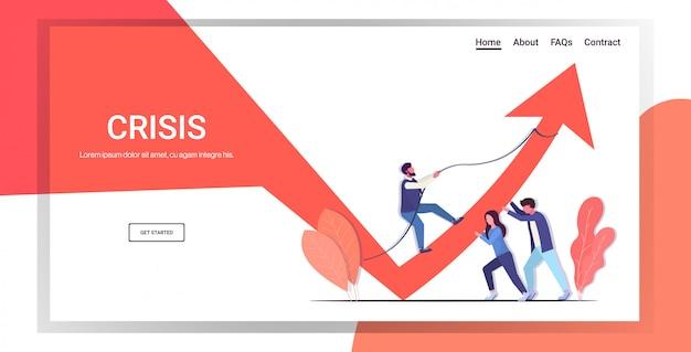 Geschäftsmann-team schiebt pfeil grafik nach oben wachstum finanzkrise teamwork investment-risiko-konzept geschäftsleute, die das rote diagramm kontrollieren, bewegen sich in voller länge nach oben horizontaler kopierraum