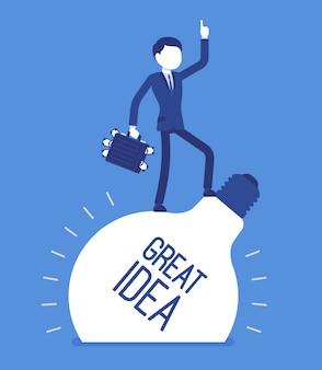 Geschäftsmann tolle idee. junger männlicher arbeiter mit geldkasten, der auf glühbirne steht, fantasie für ursprüngliche profitable projekte, ungewöhnlicher marktplan hat. illustration mit gesichtslosen zeichen