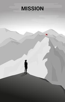 Geschäftsmann und flagge auf weit entferntem berg. konzept von ziel, mission, vision, karriereweg