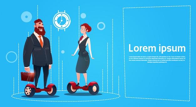 Geschäftsmann und frau reiten elektrischen roller-transport