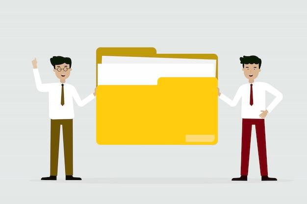Geschäftsmann und freund mit großem gelbem ordner