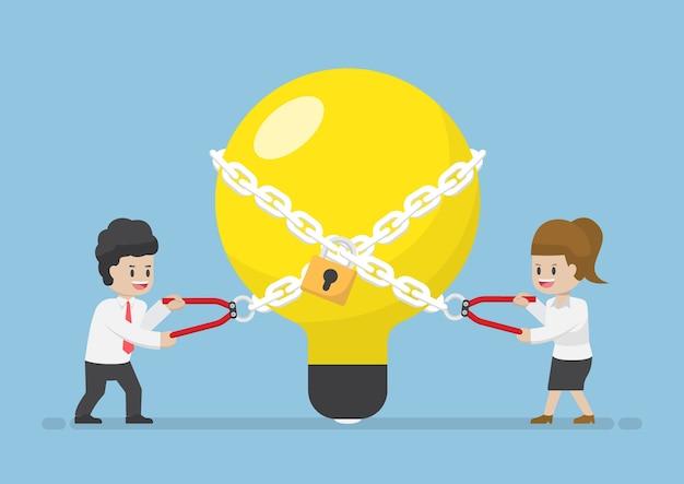 Geschäftsmann und geschäftsfrau, die versuchen, glühbirne der idee freizuschalten, geschäftsideen entfesseltes konzept
